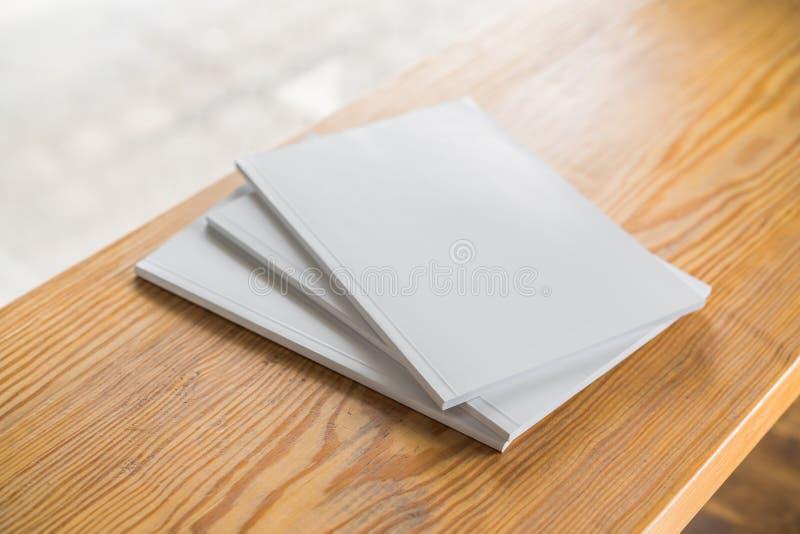 Κενός κατάλογος, περιοδικά, χλεύη βιβλίων επάνω στο ξύλινο υπόβαθρο στοκ φωτογραφίες με δικαίωμα ελεύθερης χρήσης