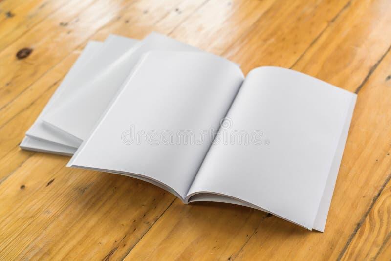 Κενός κατάλογος, περιοδικά, χλεύη βιβλίων επάνω στο ξύλινο υπόβαθρο στοκ εικόνα