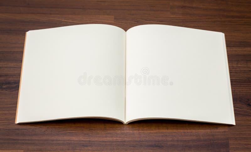 Κενός κατάλογος, περιοδικά, χλεύη βιβλίων επάνω στο ξύλο στοκ εικόνες με δικαίωμα ελεύθερης χρήσης