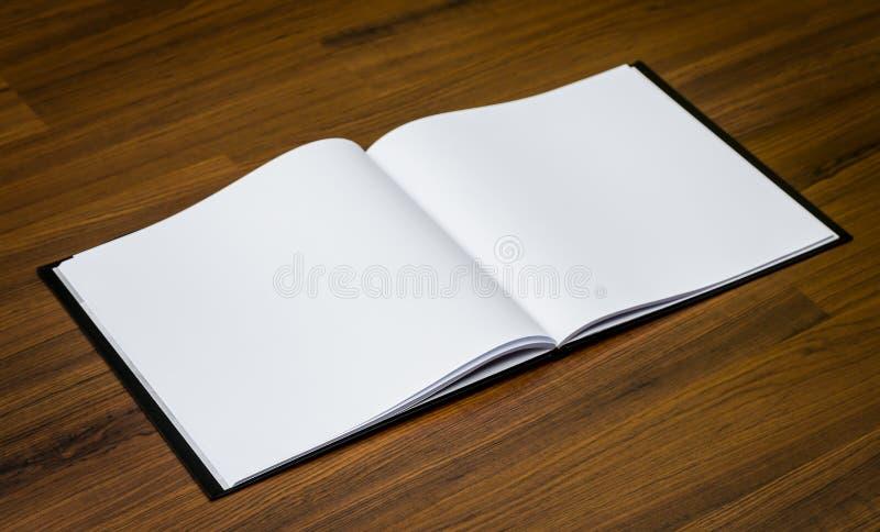 Κενός κατάλογος, περιοδικά, χλεύη βιβλίων επάνω στο ξύλο στοκ εικόνες