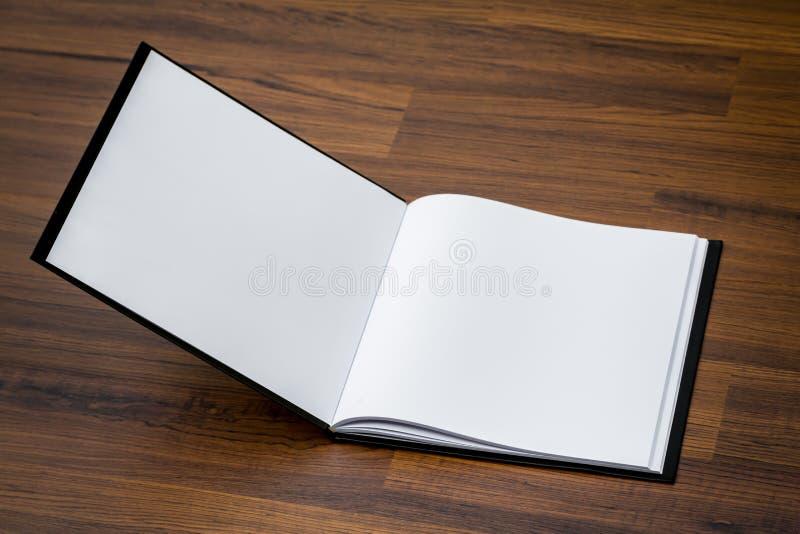 Κενός κατάλογος, περιοδικά, χλεύη βιβλίων επάνω στο ξύλο στοκ εικόνα με δικαίωμα ελεύθερης χρήσης