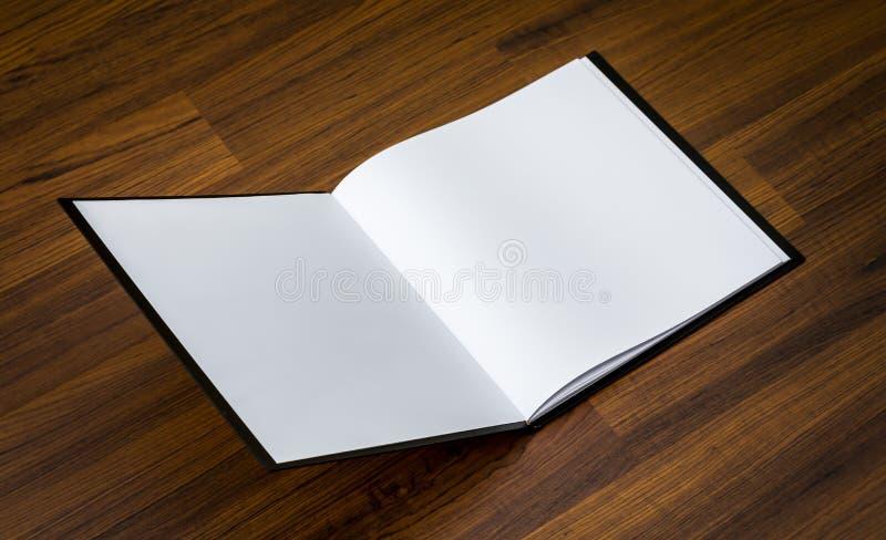 Κενός κατάλογος, περιοδικά, χλεύη βιβλίων επάνω στο ξύλο στοκ εικόνα