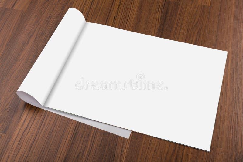 Κενός κατάλογος, φυλλάδιο, περιοδικά, χλεύη βιβλίων επάνω στο ξύλο backgroun στοκ φωτογραφία με δικαίωμα ελεύθερης χρήσης