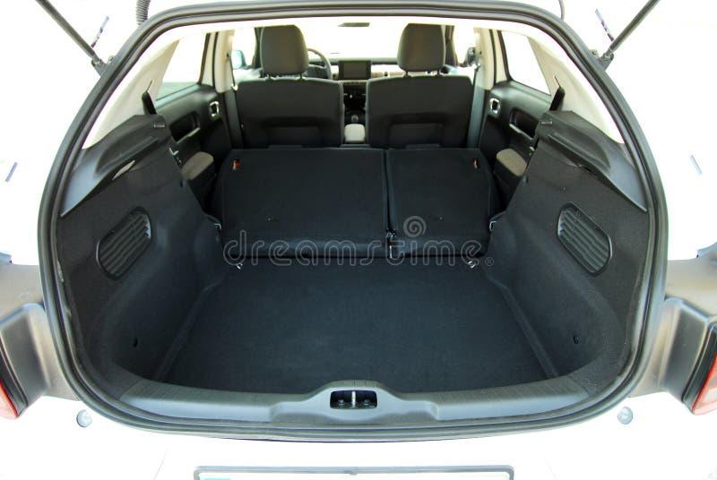 Κενός κορμός αυτοκινήτων με τα διπλωμένα καθίσματα στοκ εικόνες