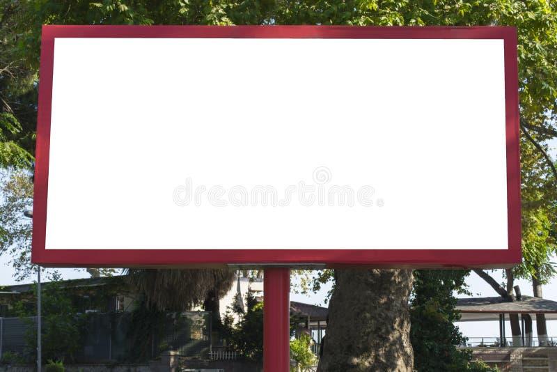 Κενός κόκκινος πίνακας διαφημίσεων στο υπόβαθρο μπλε ουρανού για τη νέα διαφήμιση στην πόλη στοκ φωτογραφίες
