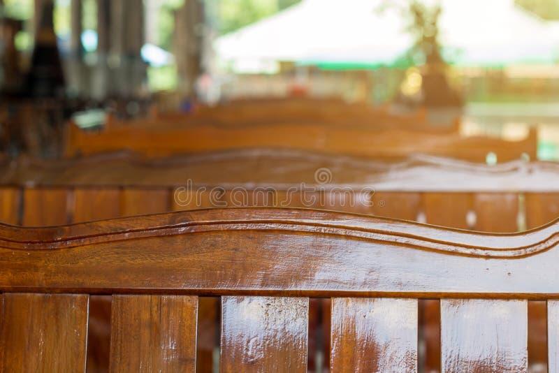 Κενός ξύλινος καναπές στη σειρά, ξύλινος ναός καρεκλών δημόσια στοκ εικόνες