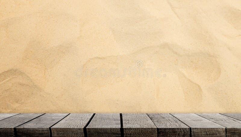Κενός ξύλινος μετρητής ραφιών στο αμμώδες υπόβαθρο για την επίδειξη στοκ εικόνα με δικαίωμα ελεύθερης χρήσης