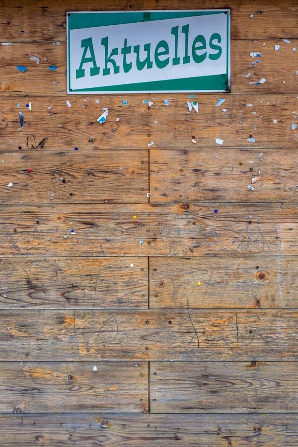 Κενός ξύλινος πίνακας διαφημίσεων στην κοινότητα ειδήσεων με της γερμ στοκ εικόνες
