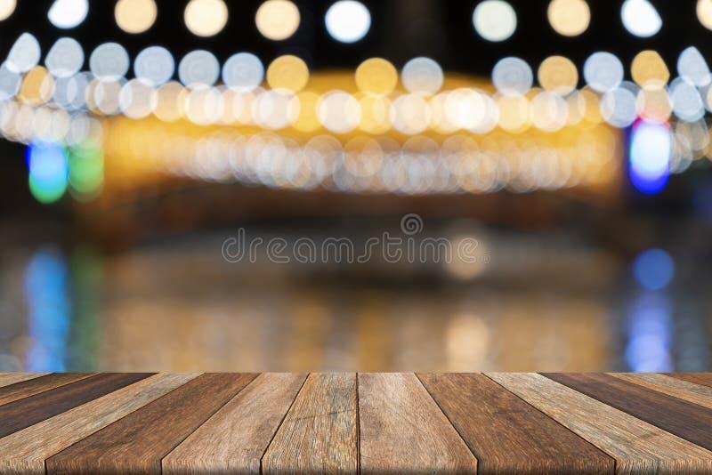 Κενός ξύλινος πίνακας και θολωμένο υπόβαθρο, που χρησιμοποιούνται για την παρουσίαση στοκ φωτογραφία με δικαίωμα ελεύθερης χρήσης