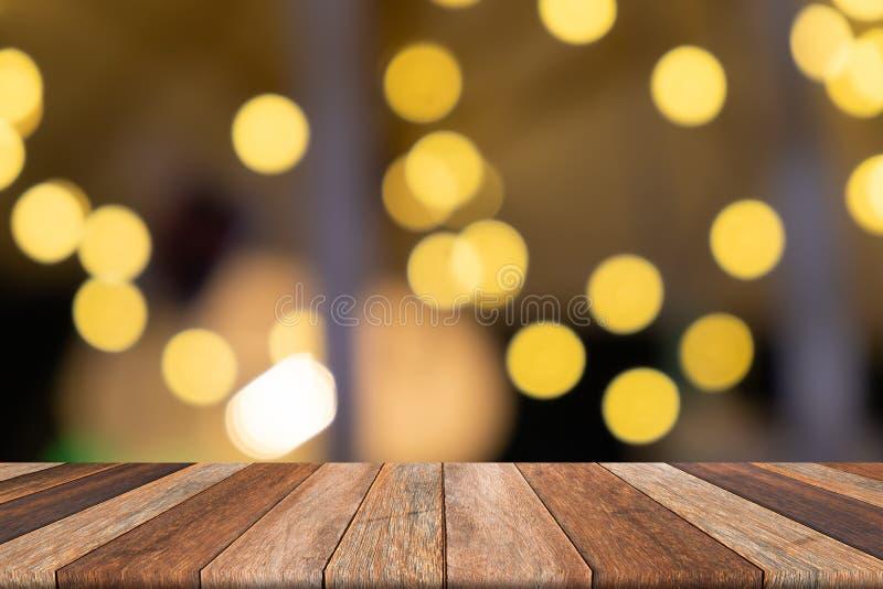 Κενός ξύλινος πίνακας στο μπροστινό θολωμένο κίτρινο υπόβαθρο, για την παρουσίαση στοκ φωτογραφίες με δικαίωμα ελεύθερης χρήσης