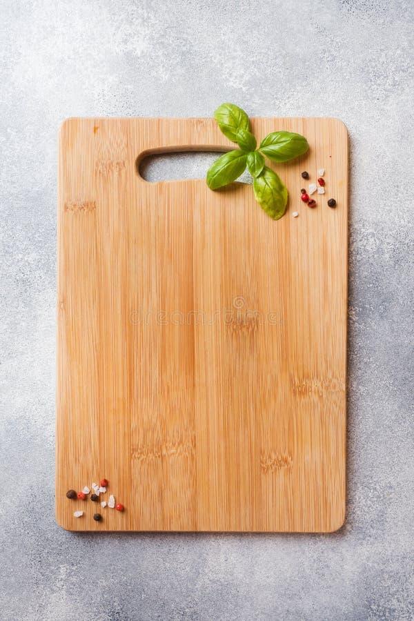 Κενός ξύλινος τέμνων πίνακας στον πίνακα κουζινών Τοπ διάστημα αντιγράφων άποψης στοκ φωτογραφία με δικαίωμα ελεύθερης χρήσης