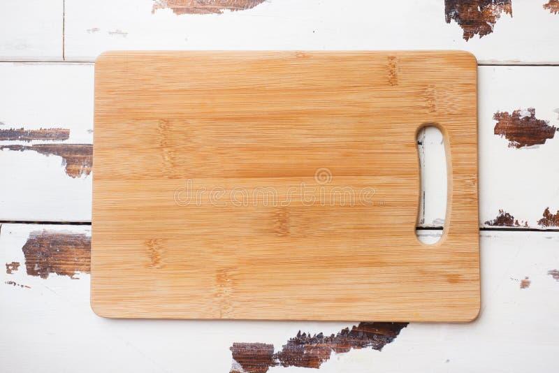 Κενός ξύλινος τέμνων πίνακας στον πίνακα κουζινών Τοπ διάστημα αντιγράφων άποψης στοκ φωτογραφία