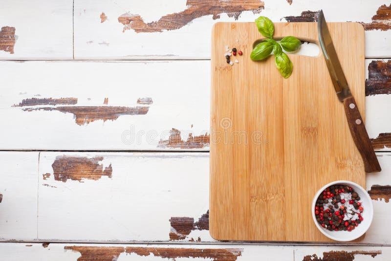 Κενός ξύλινος τέμνων πίνακας στον πίνακα κουζινών Τοπ διάστημα αντιγράφων άποψης στοκ εικόνα με δικαίωμα ελεύθερης χρήσης