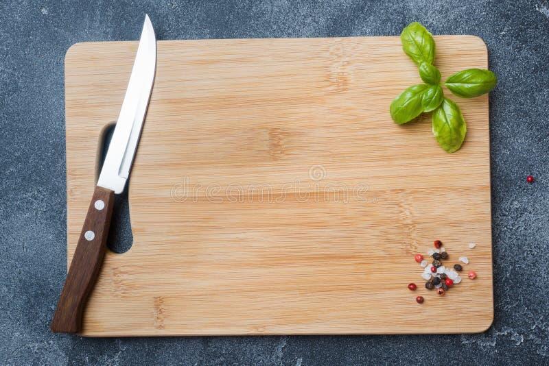 Κενός ξύλινος τέμνων πίνακας στον πίνακα κουζινών Τοπ διάστημα αντιγράφων άποψης στοκ φωτογραφίες