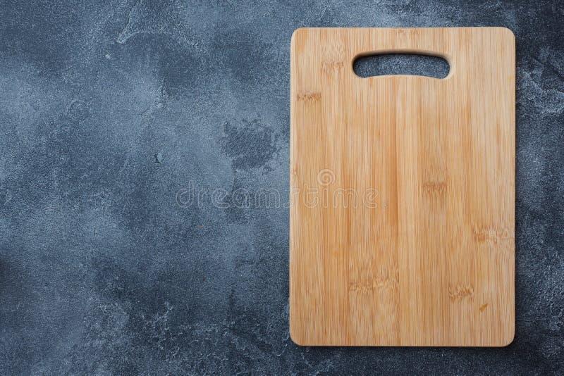 Κενός ξύλινος τέμνων πίνακας στον πίνακα κουζινών Τοπ διάστημα αντιγράφων άποψης στοκ εικόνες με δικαίωμα ελεύθερης χρήσης
