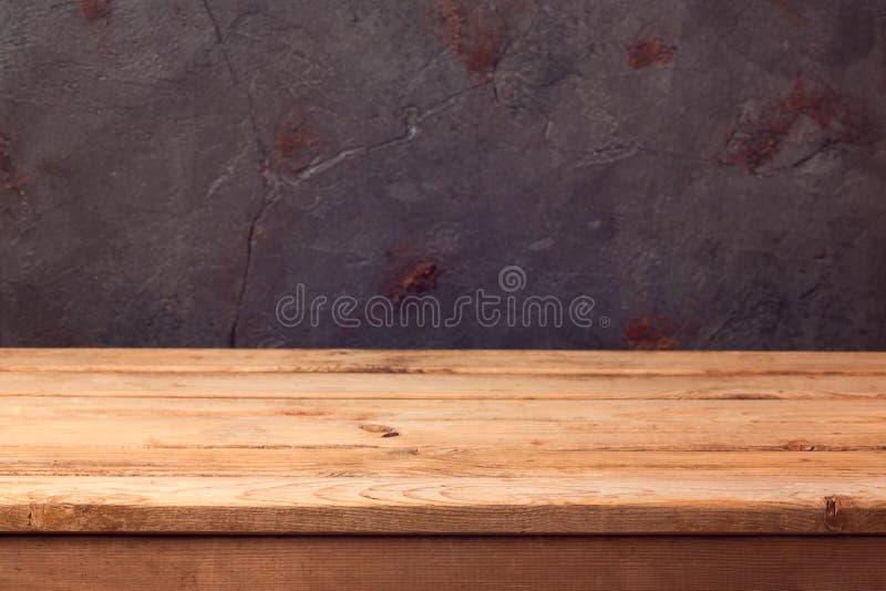 Κενός ξύλινος πίνακας γεφυρών πέρα από το σκοτεινό αγροτικό υπόβαθρο για το montage προϊόντων στοκ φωτογραφία με δικαίωμα ελεύθερης χρήσης