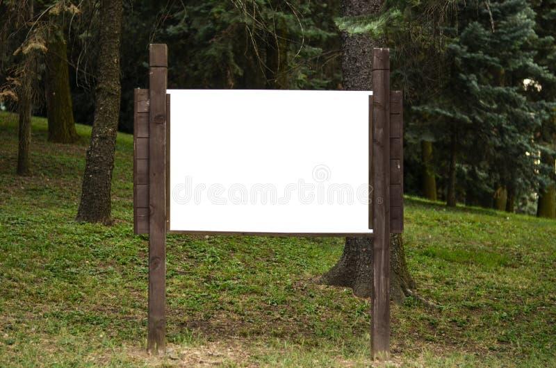 Κενός ξύλινος πίνακας διαφημίσεων στο πάρκο στοκ εικόνες