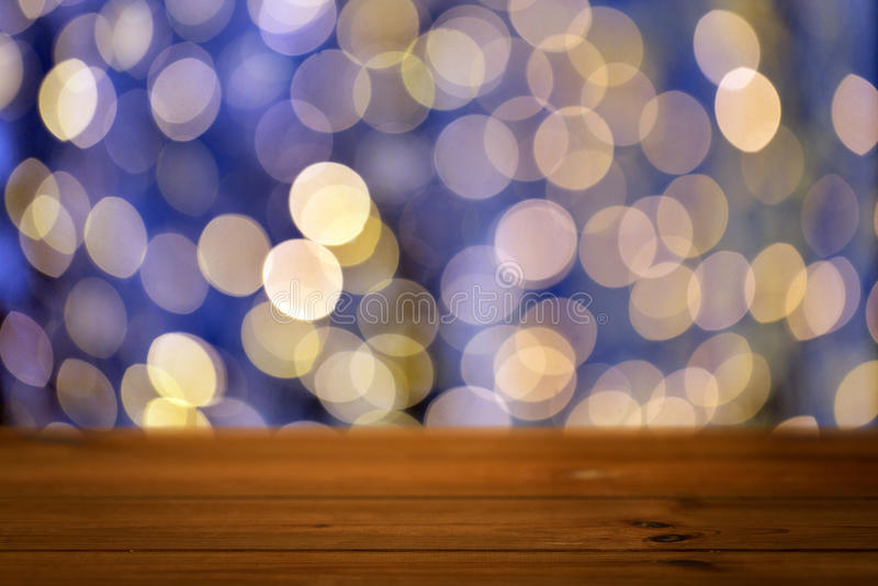 Κενός ξύλινος πίνακας με τα χρυσά φω'τα Χριστουγέννων στοκ εικόνες