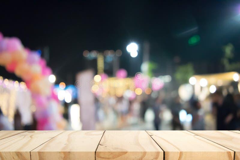 Κενός ξύλινος πίνακας με το υπόβαθρο θαμπάδων στοκ εικόνες με δικαίωμα ελεύθερης χρήσης