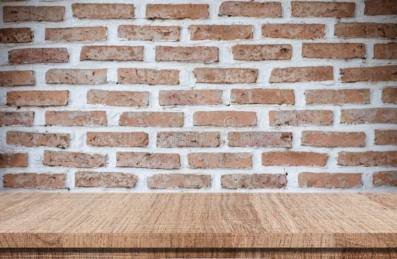 Κενός ξύλινος πίνακας πέρα από το υπόβαθρο τουβλότοιχος, επίδειξη προϊόντων στοκ εικόνες