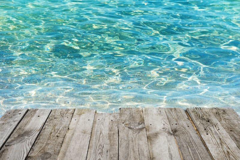 Κενός ξύλινος πίνακας στο τροπικό μπλε υπόβαθρο νερού στοκ εικόνα με δικαίωμα ελεύθερης χρήσης