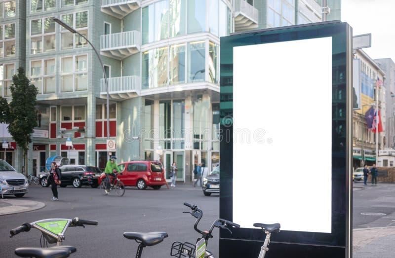 Κενός πίνακας διαφημίσεων για τη δημόσια διαφήμιση στην άκρη του δρόμου Διάστημα για το κείμενο Άνθρωποι και υπόβαθρο πόλεων στοκ φωτογραφίες με δικαίωμα ελεύθερης χρήσης