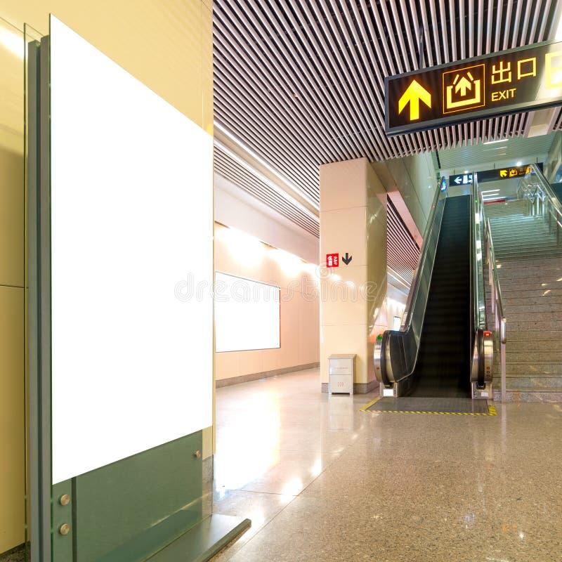 Κενός πίνακας διαφημίσεων σταθμών μετρό αιθουσών στοκ εικόνες