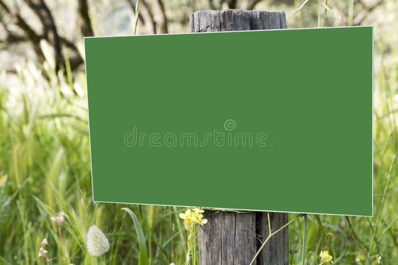 Κενός πίνακας διαφημίσεων στο δάσος στοκ φωτογραφία με δικαίωμα ελεύθερης χρήσης