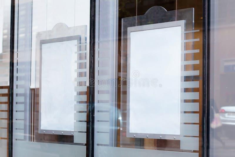 Κενός πίνακας διαφημίσεων στο σύγχρονο τοίχο οικοδόμησης, έμβλημα στοκ εικόνες