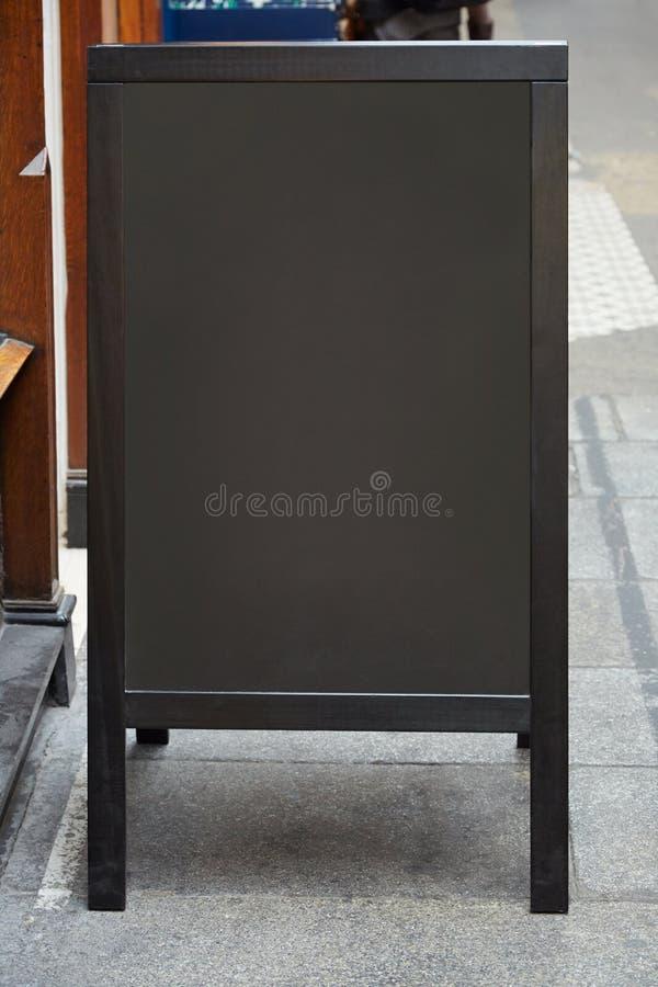 Κενός πίνακας επιλογών εστιατορίων στην οδό στοκ εικόνες με δικαίωμα ελεύθερης χρήσης