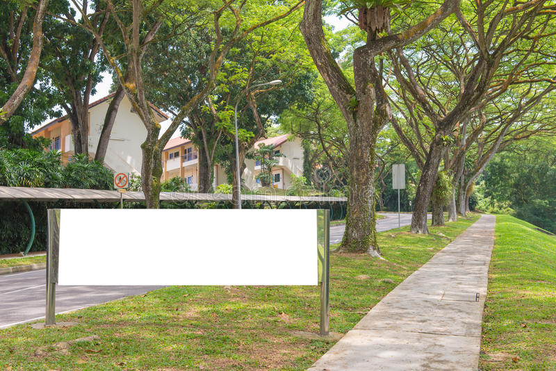 κενός πίνακας διαφημίσεων έτοιμος για τη νέα διαφήμιση στην πράσινη ζώνη πάρκων στοκ φωτογραφία με δικαίωμα ελεύθερης χρήσης
