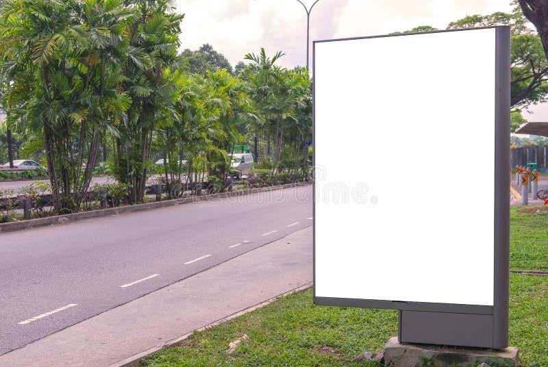 κενός πίνακας διαφημίσεων έτοιμος για τη νέα διαφήμιση στην πράσινη ζώνη πάρκων στοκ εικόνες