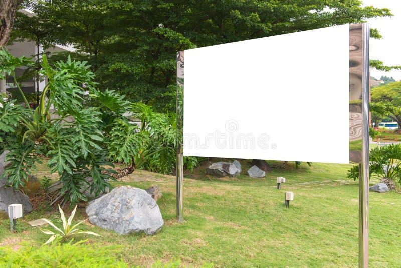 κενός πίνακας διαφημίσεων έτοιμος για τη νέα διαφήμιση στην πράσινη ζώνη πάρκων στοκ εικόνα με δικαίωμα ελεύθερης χρήσης