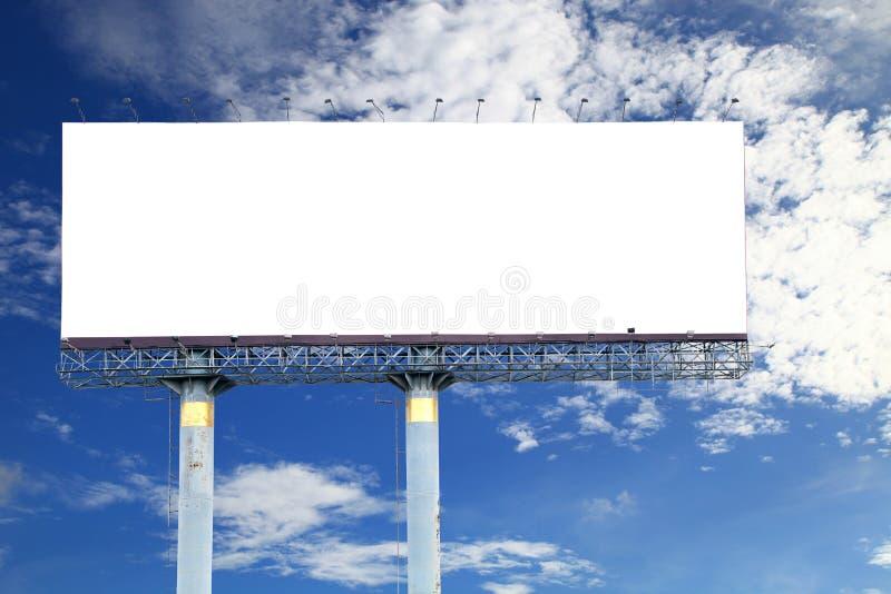 Κενός πίνακας διαφημίσεων για τη διαφήμισή σας, στο μπλε ουρανό Με το clippi στοκ εικόνες