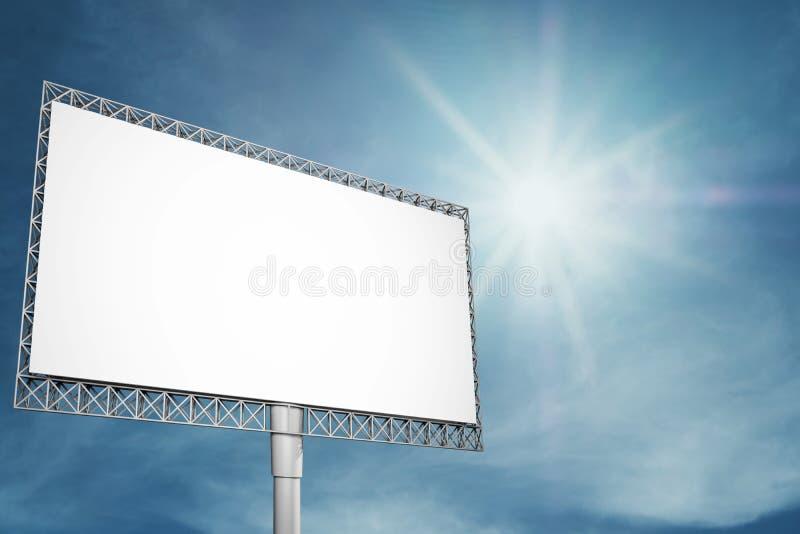 Κενός πίνακας διαφημίσεων για τη διαφήμιση στο μπλε ουρανό με τη φωτεινές ηλιοφάνεια και τις ακτίνες στοκ φωτογραφία με δικαίωμα ελεύθερης χρήσης