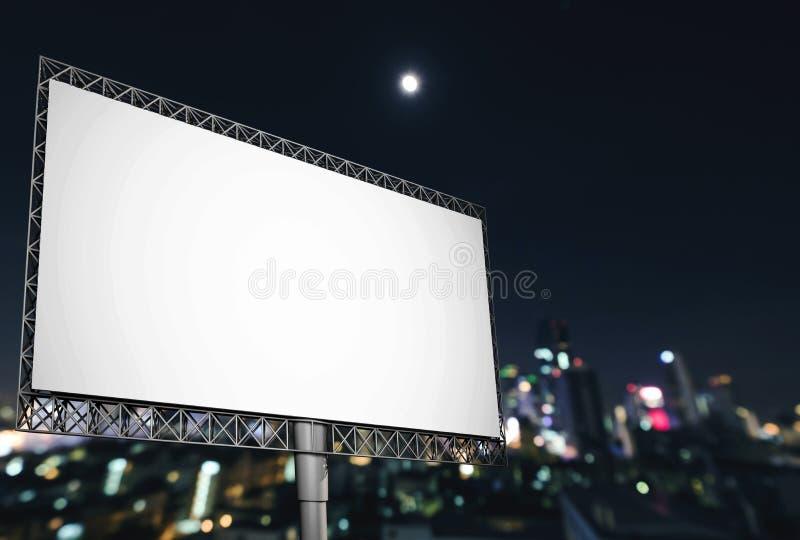 Κενός πίνακας διαφημίσεων για τη διαφήμιση στο νυχτερινό ουρανό στην πόλη στοκ φωτογραφία