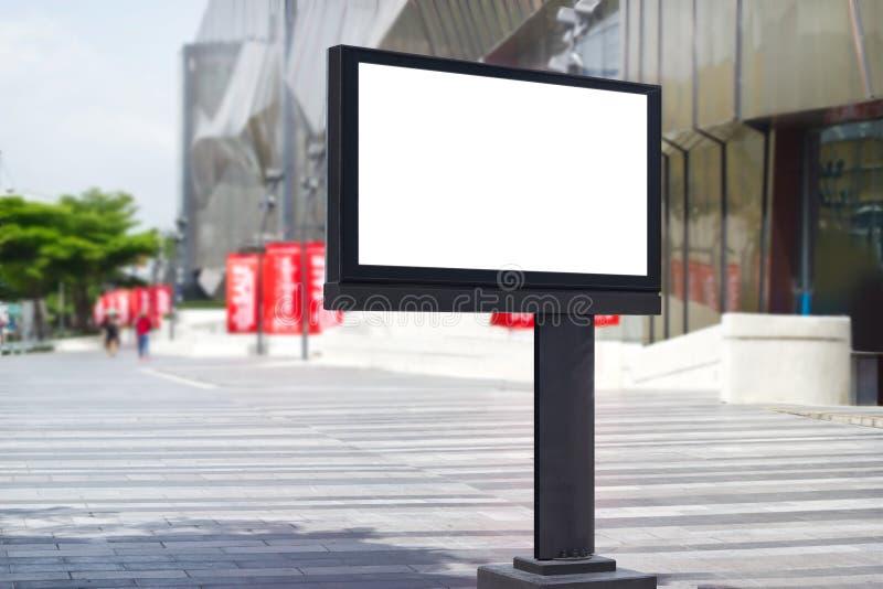 Κενός πίνακας διαφημίσεων για τη διαφήμιση στο υπόβαθρο οδών πόλεων στοκ φωτογραφία με δικαίωμα ελεύθερης χρήσης