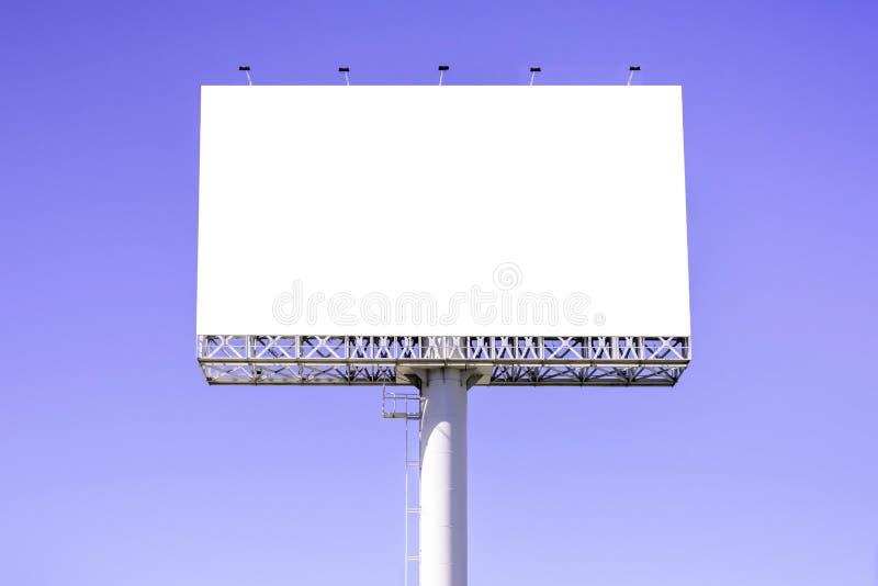 Κενός πίνακας διαφημίσεων ενάντια στο μπλε ουρανό για τη διαφήμιση στοκ εικόνες