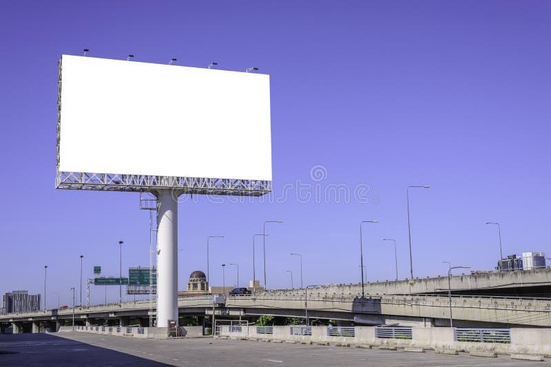 Κενός πίνακας διαφημίσεων ενάντια στο μπλε ουρανό για τη διαφήμιση στοκ εικόνες με δικαίωμα ελεύθερης χρήσης