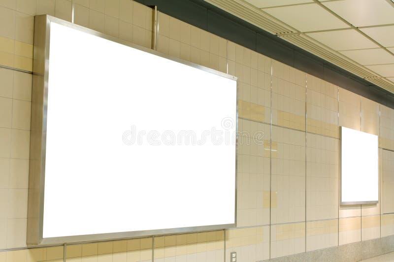 Κενός πίνακας διαφημίσεων στη σύγχρονη εσωτερική αίθουσα στοκ φωτογραφία