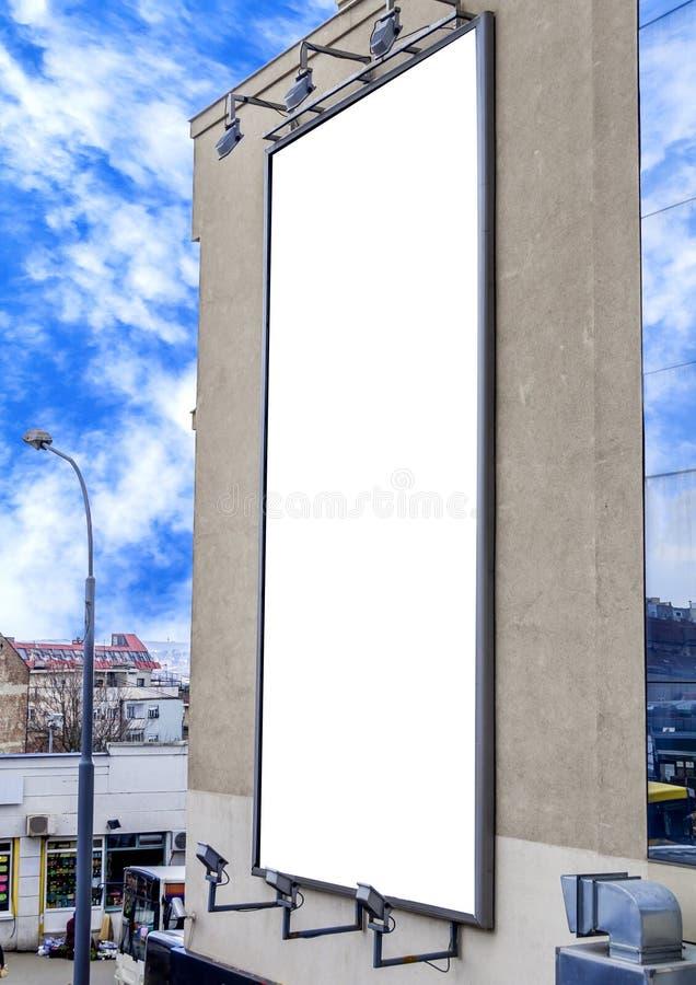 Κενός πίνακας διαφημίσεων στο κτήριο, χρήσιμο για τη διαφήμισή σας στοκ φωτογραφία