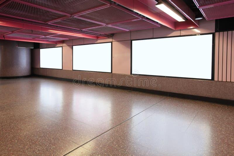 Κενός πίνακας διαφημίσεων στο σταθμό μετρό μετρό στοκ φωτογραφία