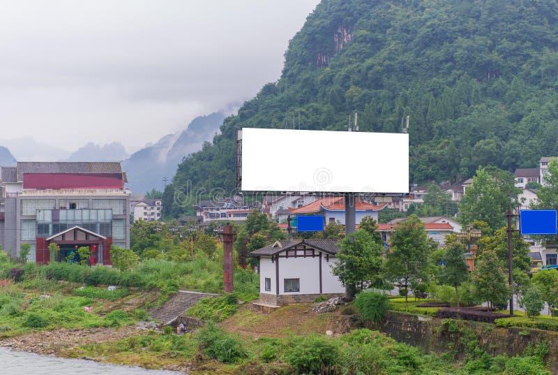 Κενός πίνακας διαφημίσεων στο χρόνο λυκόφατος έτοιμο για τη νέα διαφήμιση στοκ εικόνα με δικαίωμα ελεύθερης χρήσης