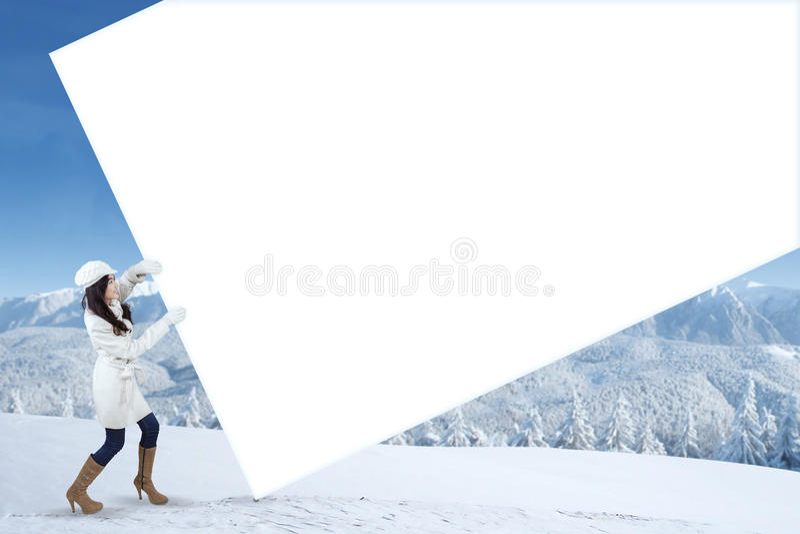 Κενός πίνακας διαφημίσεων τραβήγματος κοριτσιών στη χειμερινή ημέρα στοκ εικόνες με δικαίωμα ελεύθερης χρήσης