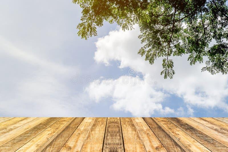 Κενός πίνακας και θολωμένο κατάστημα με τον ουρανό και το υπόβαθρο σύννεφων στοκ φωτογραφία