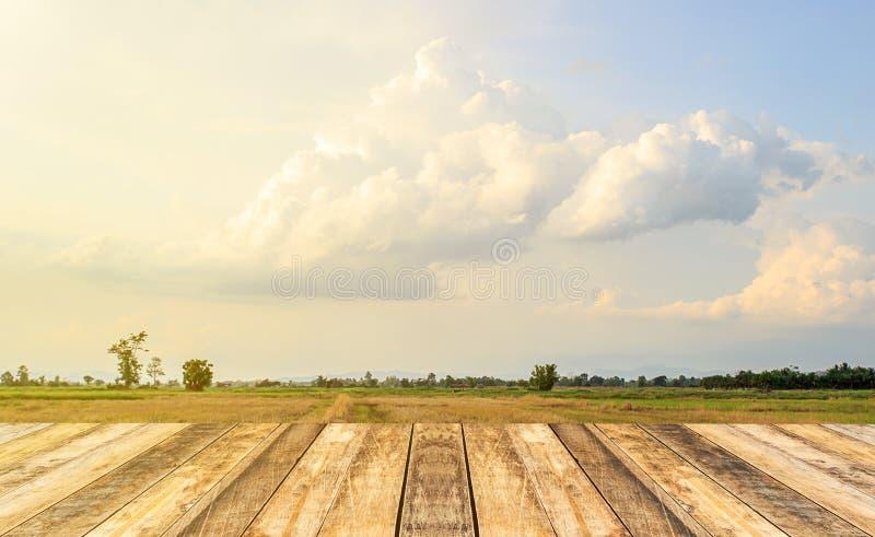 Κενός πίνακας και θολωμένο κατάστημα με τον ουρανό και το υπόβαθρο σύννεφων, δημόσιες σχέσεις στοκ εικόνες