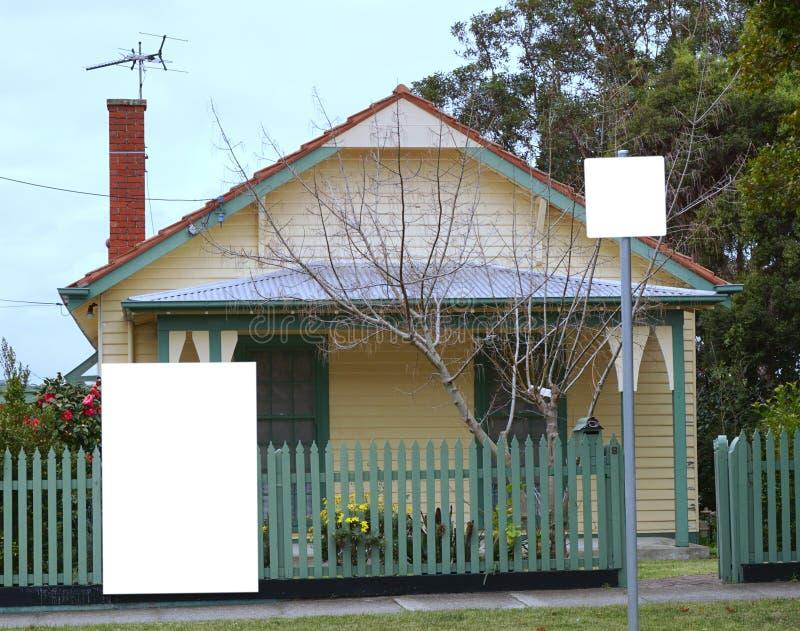 Κενός πίνακας κενών λογαριασμών μπροστά από το σπίτι στοκ εικόνες