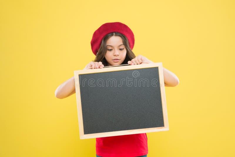 Κενός πίνακας κιμωλίας πινάκων λαβής κοριτσιών Διάστημα αντιγράφων διαφήμισης E Ευτυχείς ώρες Καλές ειδήσεις o στοκ εικόνες
