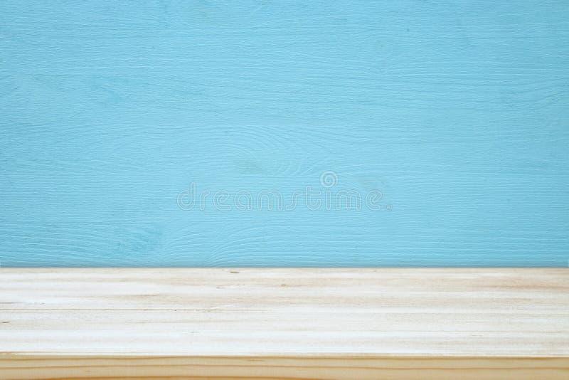 Κενός πίνακας μπροστά από το μπλε ξύλινο υπόβαθρο για το montage επίδειξης προϊόντων στοκ εικόνες