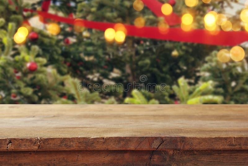 Κενός πίνακας μπροστά από το χριστουγεννιάτικο δέντρο με το υπόβαθρο διακοσμήσεων για το montage επίδειξης προϊόντων στοκ φωτογραφία με δικαίωμα ελεύθερης χρήσης